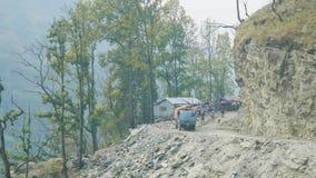 Fotvandrare på den alpina banan på den Manaslu bergströmkretsen trek i Nepal stock video