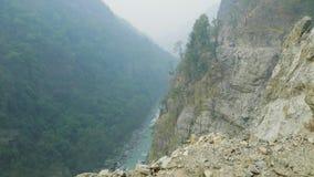 Fotvandrare på den alpina banan på den Manaslu bergströmkretsen trek i Nepal lager videofilmer
