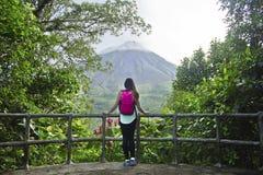 Fotvandrare på den Arenal vulkan, Costa Rica royaltyfri fotografi