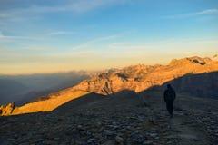 Fotvandrare på den 3000m höga Torrenthornen med en härlig soluppgång, Schweiz/Europa royaltyfria bilder
