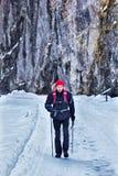Fotvandrare på den snöig vägen Arkivfoton