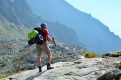 Fotvandrare på en bergtrail Arkivfoton