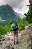 Fotvandrare på en bergtrail Royaltyfri Foto