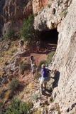 Fotvandrare på en brant smal slinga i Grand Canyon arkivfoton