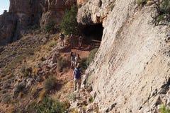 Fotvandrare på en brant smal slinga i Grand Canyon arkivbild