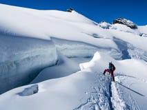 Fotvandrare på glaciären royaltyfria foton