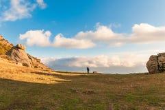 Fotvandrare på härlig bergslinga med bakgrund för blå himmel royaltyfria foton