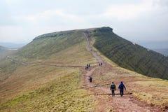 Fotvandrare på havre Du, Brecon leder nationalparken, södra Wales Arkivbilder