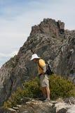 Fotvandrare på kanten av berg Royaltyfria Bilder