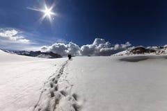 Fotvandrare på snöberg Arkivbilder