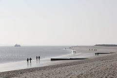 Fotvandrare på stranden av Sylt i morgonljuset Arkivfoton