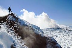 Fotvandrare på toppmötet av den Avacha vulkan Royaltyfri Foto