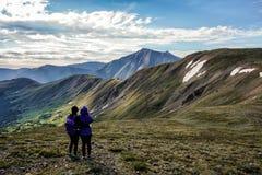 Fotvandrare på toppmötet av kupidonmaximumet, Colorado Rocky Mountains arkivfoto