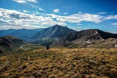 Fotvandrare på toppmötet av kupidonmaximumet, Loveland passerande steniga colorado berg arkivbilder