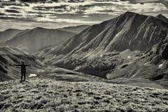 Fotvandrare på toppmötet av kupidonmaximumet, Loveland passerande steniga colorado berg arkivfoton