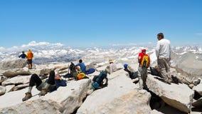 Fotvandrare på toppmötet av Mount Whitneyn Royaltyfri Bild