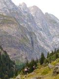 Fotvandrare på ett alpint berg, gauliglaciär i Schweiz fjällängar Arkivbilder