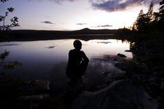 Fotvandrare Silhouette honom vildmarken av Sverige arkivbild