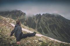 Fotvandrare som överst kopplar av av ett berg Instagram stylization Arkivbild