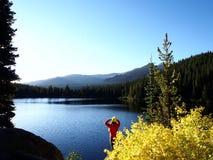 Fotvandrare som förbiser björn sjön arkivbilder
