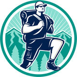 Fotvandrare som fotvandrar det Retro berget royaltyfri illustrationer