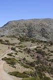Fotvandrare som går i bergen av Montseny Arkivbilder
