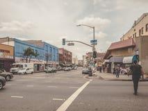 Fotvandrare som går i i stadens centrum Los Angeles arkivfoto