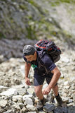 Fotvandrare som klättrar berget Royaltyfri Foto