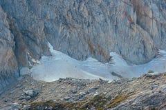 Fotvandrare som klättrar den Conness glaciären i den östliga toppiga bergskedjan royaltyfri fotografi