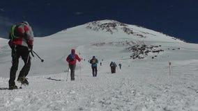 Fotvandrare som klättrar till överkanten av Mount Elbrus lager videofilmer