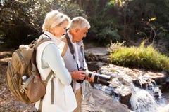 Fotvandrare som ser floden Fotografering för Bildbyråer