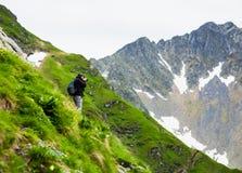 Fotvandrare som tar foto av landskapet Fotografering för Bildbyråer