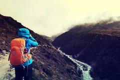 Fotvandrare som tar fotoet, medan trekking på de himalaya bergen Royaltyfri Bild