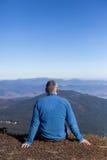 Fotvandrare som trekking i bergen Sport och aktiv livstid Royaltyfria Foton