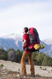 Fotvandrare som trekking i bergen Sport och aktiv livstid Arkivbild