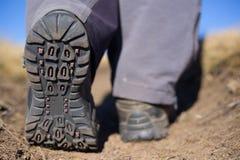 Fotvandrare som trekking i bergen Sport och aktiv livstid Royaltyfri Fotografi