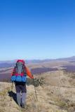 Fotvandrare som trekking i bergen Sport och aktiv livstid Royaltyfri Foto