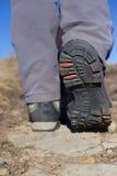 Fotvandrare som trekking i bergen Sport och aktiv livstid Fotografering för Bildbyråer