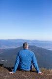 Fotvandrare som trekking i bergen Sport och aktiv livstid Arkivfoton
