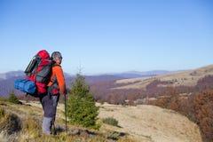 Fotvandrare som trekking i bergen Sport och aktiv livstid Royaltyfri Bild