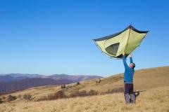 Fotvandrare som trekking i bergen Sport och aktiv livstid Arkivfoto