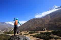 Fotvandrare som trekking på de himalaya bergen Royaltyfria Bilder