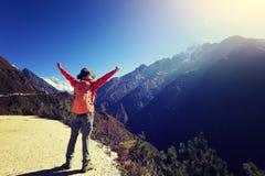 Fotvandrare som trekking på de himalaya bergen Royaltyfri Fotografi