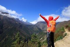 Fotvandrare som trekking på de himalaya bergen Arkivbilder