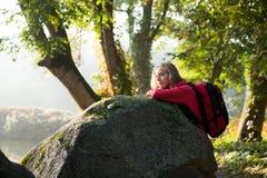 Fotvandrare som tycker om avkoppling i rocks på naturen Royaltyfri Foto