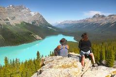 Fotvandrare som tycker om bergsikt Arkivfoton