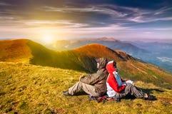 Fotvandrare som tycker om dalsikt från överkant av ett berg Arkivfoton
