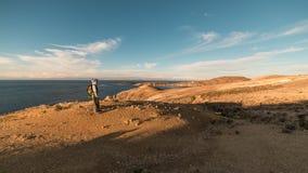 Fotvandrare som undersöker den majestätiska Inca Trails på ön av solen, Titicaca sjö, bland den mest sceniska loppdestinationen i Royaltyfri Bild