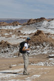 Fotvandrare som undersöker månedalen i den Atacama öknen, Chile Arkivfoton