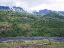 Fotvandrare som vadar floden i isländsk Skotska högländerna royaltyfria foton